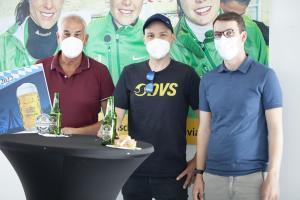 Gespräche über die vergangenen Spiele der Europameisterschaft 2021? Peter Bellutti, Markus Laimer und Markus Mayer stießen zusammen auf die Gewinne an.