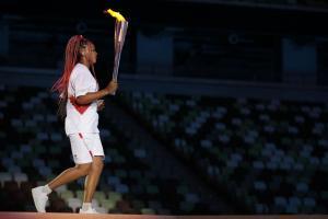 Naomi Osaka brachte das Olympische Feuer ins Stadion. © APA/afp / HANNAH MCKAY