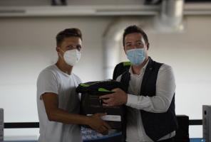 SportNews-Koordinator Alexander Foppa überreichte  Daniel Peslalz  einen Forst-Rucksack sowie eine Kiste Forst-Bier.