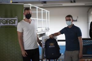 Thomas Debelyak  von der SportNews-Redaktion übergab   Markus Mayer   (rechts) ein Weihenstephan-Fanpaket, bestehend unter anderem aus Fleecejacke, T-Shirt,  Rucksack und 2 Kisten Weihenstephan-Bier.