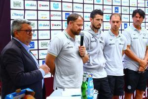 Trainer Javorcic (mit Mikrofon) und sein Trainerteam.