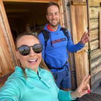 Mit Naturbahnrodler Patrick Pigneter unternahm Doro eine Wandertour.